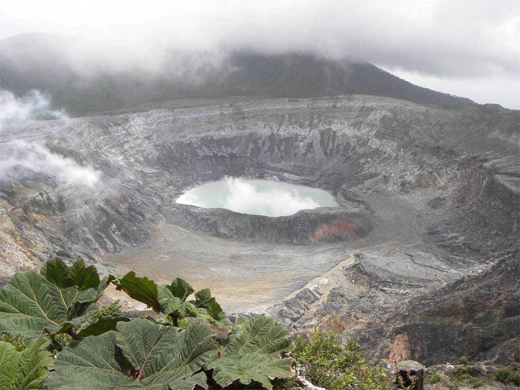 costa rica backpacker vulkan