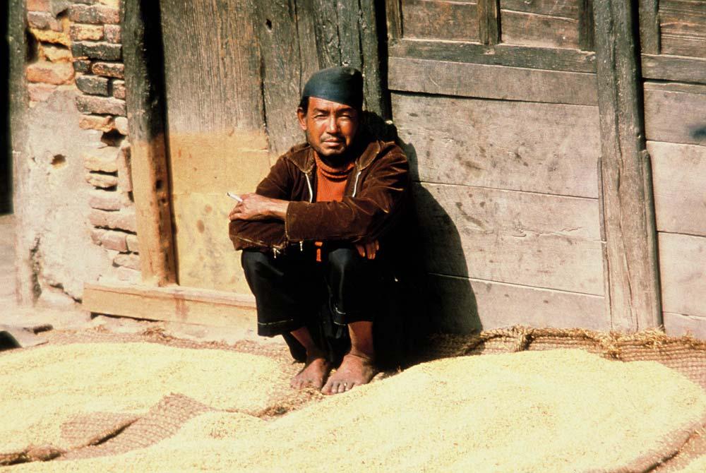 Mann-raucht-alte-Fotos-Nepal