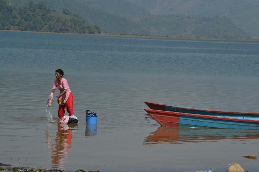 Pokhara-Der-See-Phewa-frau nepal reisebericht nepal