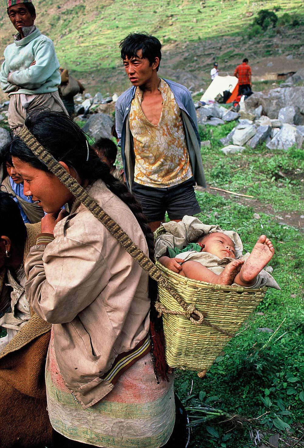 nepal-kind-rücken