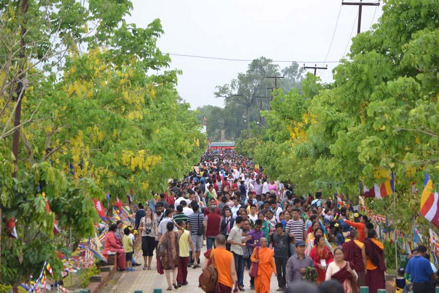 bhudda-lumbini-park-menschen nepal