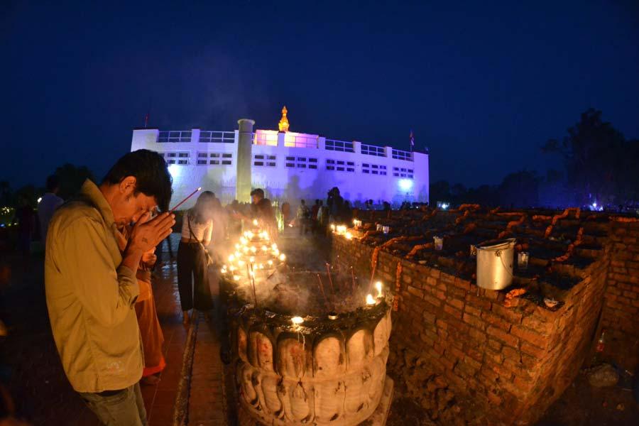 lumbini-beten-kerzen nepal Geburtsort-des-Buddha-tempel-lumini nepal