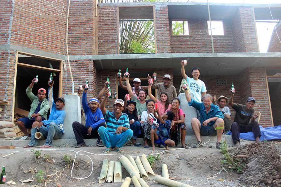 Guesthouse-auf-Lombok-interview-baustelle-pool-menschen