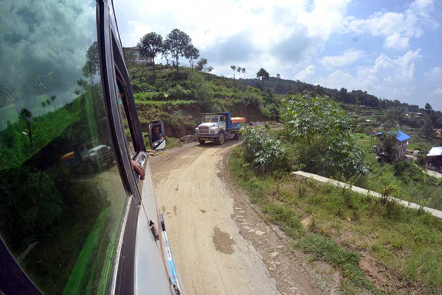 anfahrt-nagarkot-bus-kathmandu-nepal-dorf-berg+