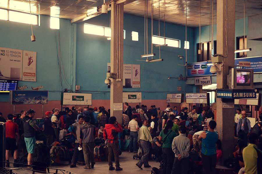 nepal-tourismus-flughafen-backpacker-reise-bericht