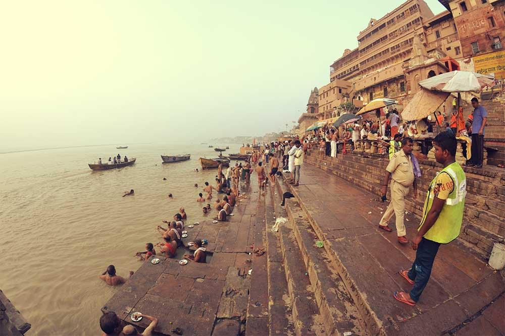 varanasi-fluss-ganges-waschung-stadt-indien