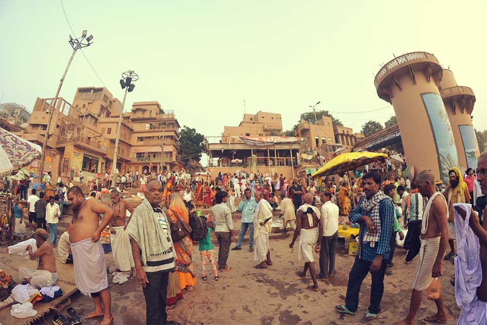varanasi menschen fluss ganges heilige stadt indien
