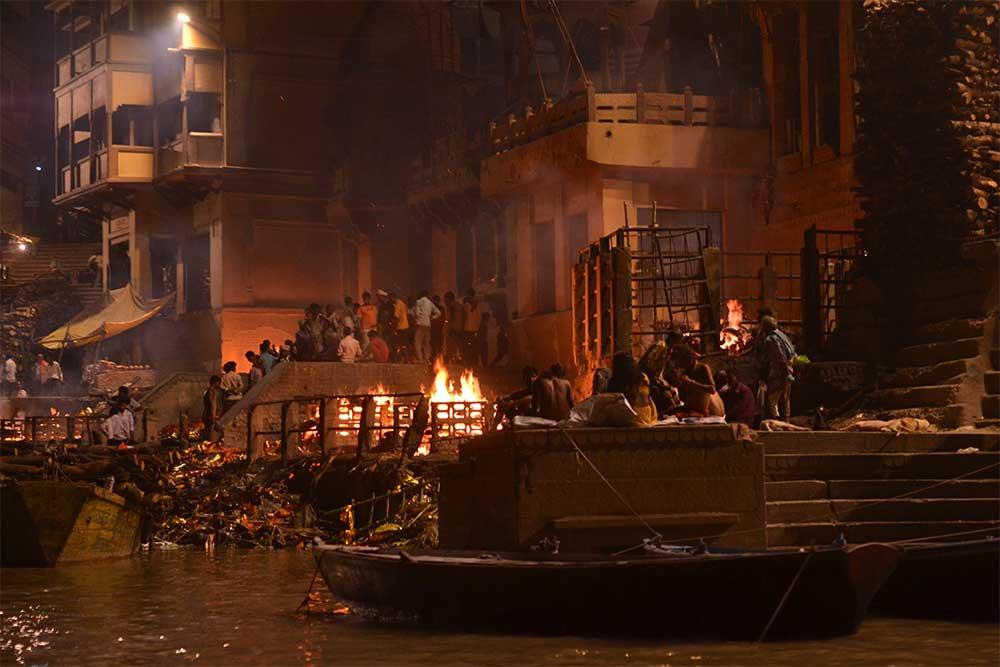 varanasi-menschen-verbrennen-stadt-indien-heilig