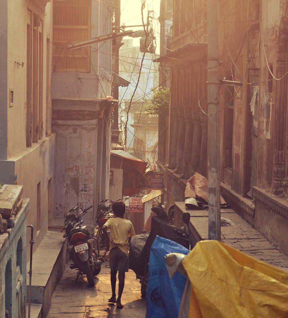 varanasi-stadt-indien-heilig-gassen-kind