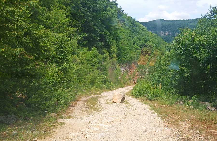 Boracko-nach-Trebinje-straße-bosnien-roadtrip-camper