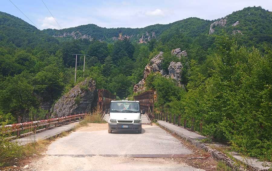 straße-bosnien-brücke-roadtrip-balkan-campervan